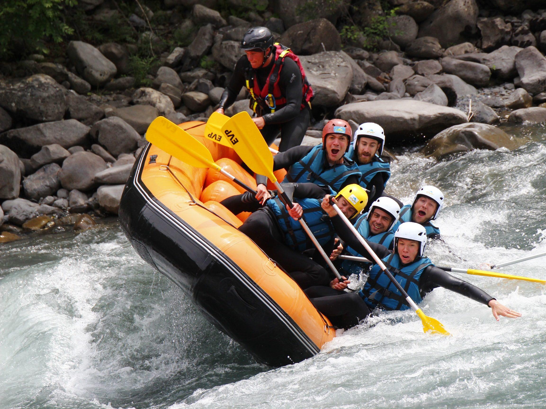 rafting en action pour les enterrements de vie de jeunes garçons ou filles